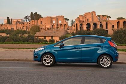 Ford Fiesta Fünftürer JA8 Seite statisch blau