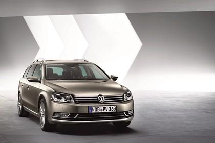 VW Passat Variant B7 Aussenansicht Front schräg statisch Studio braun