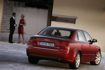 Audi A4 Limousine B7 Aussenansicht Heck schräg statisch rot
