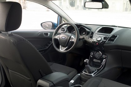 Ford Fiesta Fünftürer JA8 Innenansicht Vordersitze und Armaturenbrett beifahrerseitig