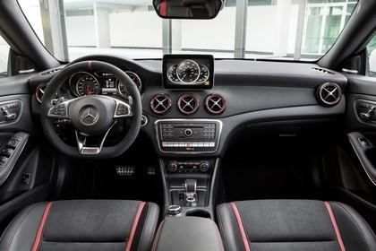 Mercedes-AMG A 45 Innenansicht statisch schwarz
