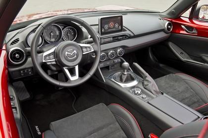Mazda MX-5 ND Innenansicht statisch Vordersitze und Armaturenbrett fahrerseitig