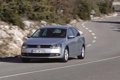 VW Jetta 6 Aussenansicht Front schräg dynamisch silber