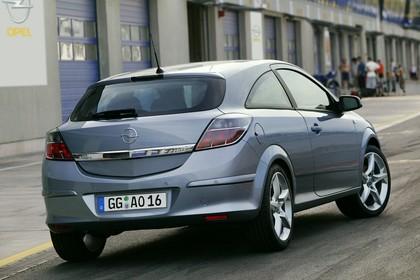 Opel Astra J GTC Aussenansicht Heck schräg statisch silber