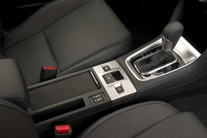 Subaru Levorg Innenansicht statisch Studio Detail Mittelkonsole und Schalthebel