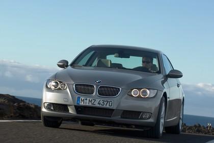 BMW 3er Coupé E92 Aussenansicht Front schräg dynamisch grau