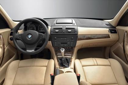 BMW X3 E83 Innenansicht statisch Studio Vordersitze und Armaturenbrett