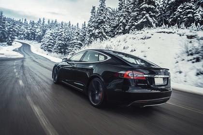 Tesla Model S Aussenansicht Heck schräg dynamisch schwarz