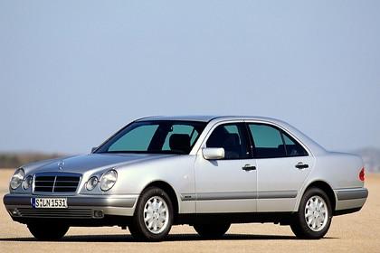 Mercedes Benz E-Klasse Limousine W210 Aussenansicht Seite schräg statisch silber