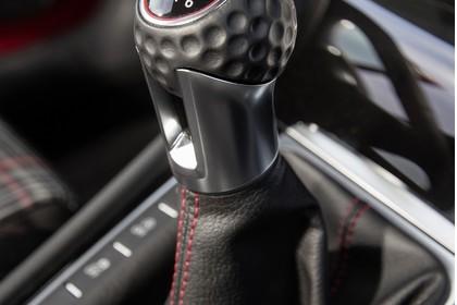 VW Golf 7 GTI Facelift Innenansicht Detail Mittelkonsole 6-Gang statisch schwarz