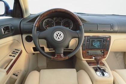 VW Passat Variant B5 Facelift Innenansicht statisch Studio Vordersitze und Armaturenbrett fahrerseitig