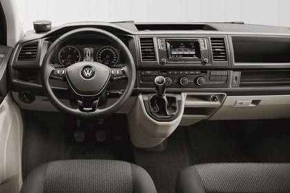 VW T6 Transporter Innenansicht statisch Studio Vordersitze und Armaturenbrett fahrerseitig