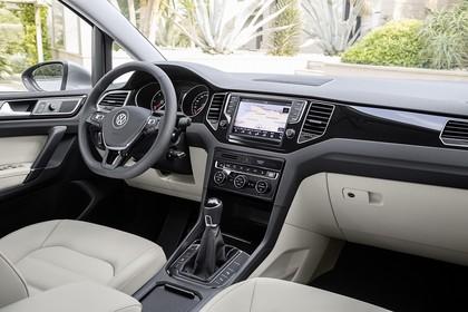 VW Golf Sportsvan Innenansicht Beifahrerposition statisch  schwarz beige