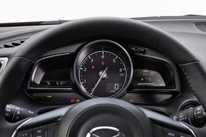 Mazda 3 BM Viertürer Innenansicht statisch Studio Detail Armaturenbrett