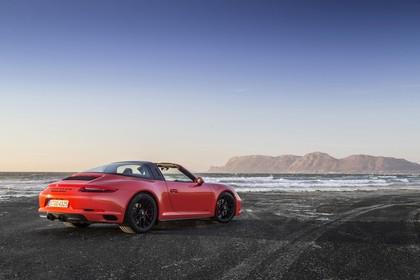Porsche 911 Targa 4 GTS 991.2 Aussenansicht Heck schräg statisch rot