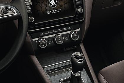 Skoda Octavia Scout Combi 5E Innenansicht Mittelkonsole DSG Schalter Klimaanlage und Infotainmentbildschrim
