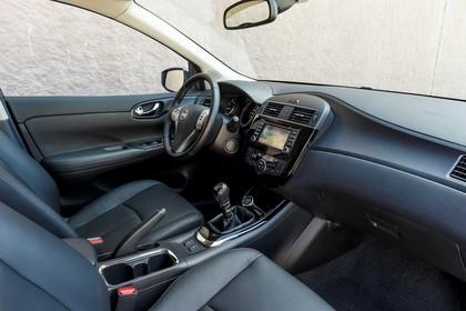 Nissan Pulsar C13 Innenansicht statisch Vordersitze und Armaturenbrett beifahrerseitig