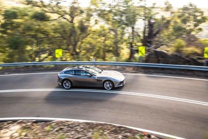 Ferrari GTC4 Lusso Aussenansicht Seite schräg erhöht dynamisch grau