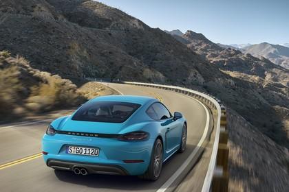 Porsche 718 Cayman S 982 Aussenansicht Heck schräg dynamisch blau