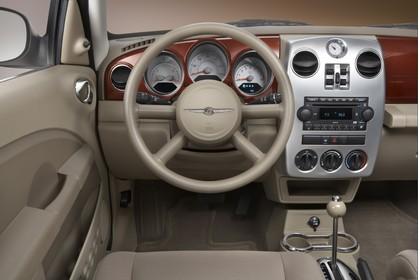 Chrysler PT Cruiser Facelift Innenansicht statisch Studio Vordersitze und Armaturenbrett fahrerseitig