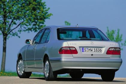 Mercedes Benz E-Klasse Limousine W210 Aussenansicht Heck schräg statisch silber