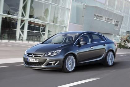 Opel Astra J Limousine Aussenansicht Front schräg dynamisch silber