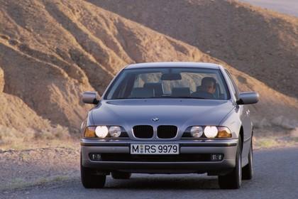 BMW 5er Limousine E39 Aussenansicht Front schräg dynamisch silber