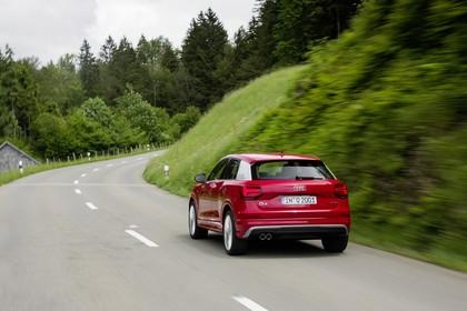 Audi Q2 Aussenansicht Heck schräg dynamisch rot