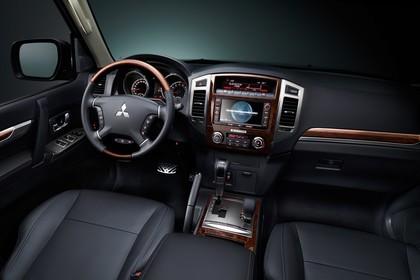 Mitsubishi Pajero V80 Innenansicht Front statisch schwarz Holz