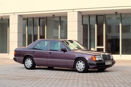 Mercedes E-Klasse Limousine W124 Aussenansicht Seite schräg statisch violett