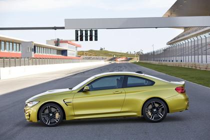 BMW M4 Coupe F82 Aussenansicht Seite statisch gold