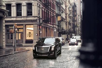 Cadillac Escalade GMTK2XL Aussenansicht Front schräg dynamisch braun