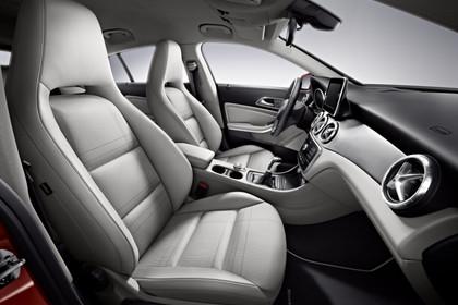 Mercedes CLA C117 Innenansicht Vordersitze Studio statisch grau