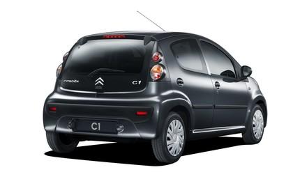 Citroën C1 Fünftürer P Aussenansicht Heck schräg statisch Studio schwarz