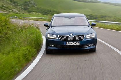 Skoda Superb Limousine 3V Aussenansicht Front dynamisch blau
