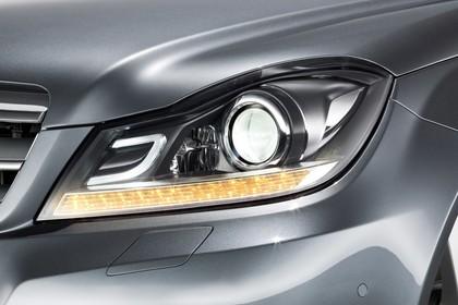 Mercedes-Benz C-Klasse T-Modell S204 MoPf Aussenansicht Front schräg statisch Studio Detail Scheinwerfer links