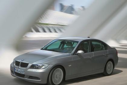 BMW 3er Limousine Aussenansicht Seite schräg dynamisch grau