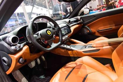 Ferrari GTC4 Lusso Innenansicht statisch Vordersitze und Armaturenbrett fahrerseitig