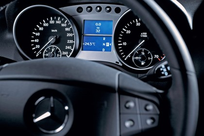 Mercedes M-Klasse W164 Innenansicht Detail Cockpit statisch schwarz silber
