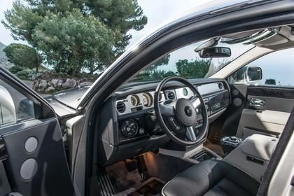 Rolls-Royce Phantom Innenansicht statisch Vordersitze und Armaturenbrett fahrerseitig