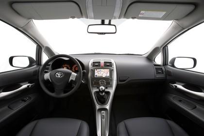 Toyota Auris Fünftürer E15 Innenansicht statisch Studio Vordersitze und Armaturenbrett