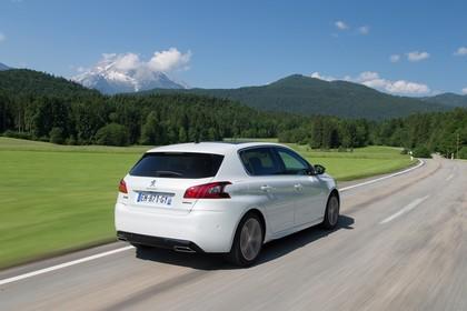 Peugeot 308 T9 Aussenansicht Heck schräg dynamisch weiss