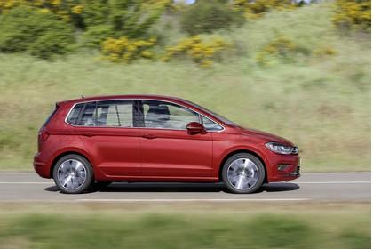 VW Golf Sportsvan Aussenansicht Seite dynamisch rot
