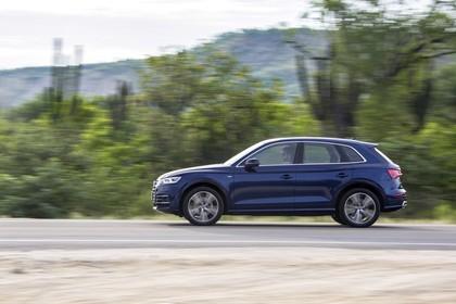 Audi Q5 FY Aussenansicht Seite dynamisch dunkelblau