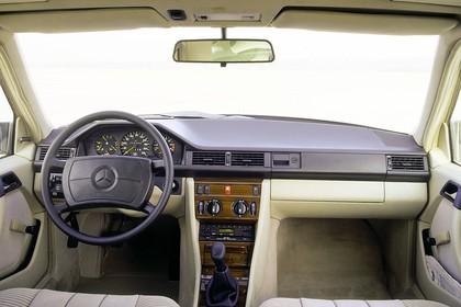 Mercedes E-Klasse Limousine W124 Studio Innenansicht Cockpit statisch grün