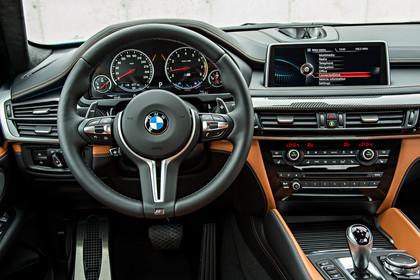 BMW X6 M F16 Innenansicht Fahrerposition statisch hellbraun