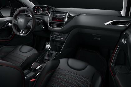Peugeot 2008 A94 Innenansicht statisch Studio Vordersitze und Armaturenbrett beifahrerseitig