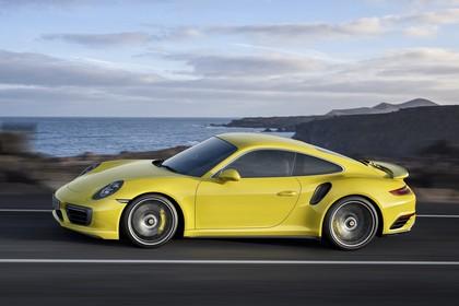 Porsche 911 Turbo S 991.2 Aussenansicht Seite schräg dynamisch gelb