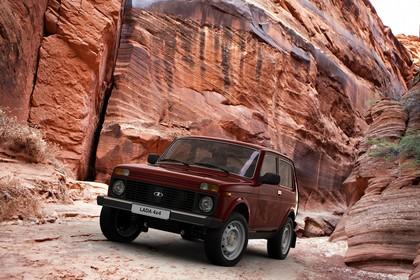 Lada 4x4 Aussenansicht Front schräg statisch rot