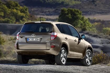 Toyota RAV4 XA3 Facelift Aussenansicht Heck schräg statisch braun